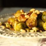 Varza de Bruxelles caramelizata, cu praz si seminte de pin