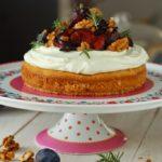 Tort fara gluten cu iaurt grecesc, prune coapte, nuci si rozmarin
