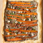 Tarta cu morcovi caramelizati, ciuperci si alune de padure