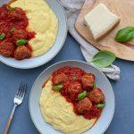 Chiftelute la cuptor cu sos de rosii si mamaliga cremoasa